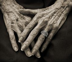 Great example of the dramatic lines created on hands with wrinkles and aged skin in the elderly. The dark spots on the skin are shown well here as well. Photo Main, Old Age Makeup, Hand Photography, Photography Ideas, People Photography, Nostalgia Photography, Texture Photography, Hand Reference, Anatomy Reference