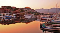The picturesque small port of Molyvos or Mithymnas northwest of Mytilene. In the top of the hill dominate the old castle of Mithymnas! Landscape Photos, Vacation Spots, Greece, Cruise, Old Things, Castle, Island, Sunset, Water