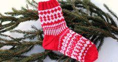 Kyselin viime viikolla teiltä mielipiteitä tämän adventtisukkien ohjeen viimeisen pätkän julkaisuajankohdasta, kun mietin että olisiko muka... Mittens, Advent, Christmas Stockings, Knitting, Holiday Decor, Blog, Socks, Home Decor, Fingerless Mitts