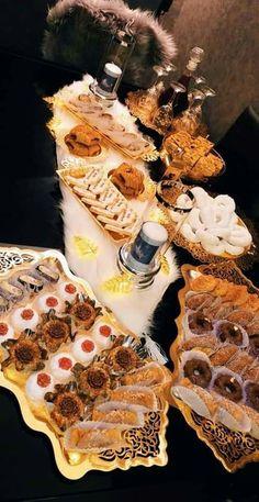 Arabic Dessert, Arabic Food, Party Platters, Food Platters, Eid Cookies Recipe, Party Food Supplies, Eid Food, Algerian Recipes, Sweet Buns