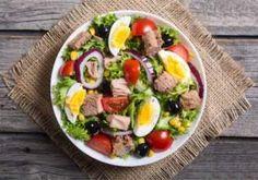 Plăcintă la tigaie cu aluat de cartofi, șuncă și cașcaval - Rețete Merișor Tuna Salad, Egg Salad, Cobb Salad, Nutella, Runny Eggs, Cold Dishes, Protein Pack, Cherry Tomatoes, Spinach