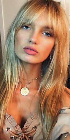 Inspiration Coiffure : Taylor Hill, Elsa Hosk, Romee Strijd… Comment porter la frange comme un Ange V. New Haircuts, Hairstyles With Bangs, Trendy Hairstyles, Hairstyles 2018, Blonde Fringe Hairstyles, Fringe Haircut, Pixie Haircuts, Updo Hairstyle, Medium Hairstyles
