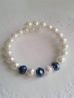 Memory wire bracelet made with white pearl beads and blue and white rondelle crystal beads. Beaded Earrings, Beaded Jewelry, Jewelry Bracelets, Pearl Bracelets, Beaded Necklaces, Quilling Earrings, Paracord Bracelets, Diamond Bracelets, Ankle Bracelets