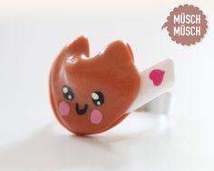 *NEU!!!*  Jetzt gibts auch selbstgemachte süße Kawaii-Ringe von MÜSCH-MÜSCH!    Hier mit einem niedlichen Glückskeks auf einem silbernen Ring.    D...