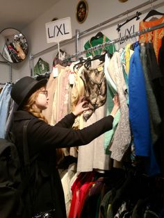 I collected some tips and tricks for second hand- and vintage shopping I wish I knew as a beginner. If you want to start thrift shopping, read this first. Shopping Hacks, Vintage Shops, Thrifting, Posts, Tips, Messages, Life Hacks Shopping, Budget, Vintage Stores