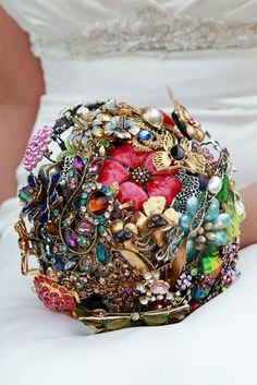 Broche Bouquet: each guest brings a broche to the bridal shower and make a bouquet for the wedding Broch Bouquet, Wedding Brooch Bouquets, Diy Bouquet, Bride Bouquets, Wedding Fotos, Boho Vintage, Vintage Jewelry, Vintage Theme, Vintage Bridal