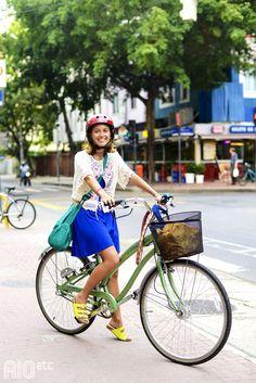 RIOetc | De bike, capacete vermelho, saia azul e birken verde limão!
