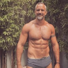 15 Stunning Silver Foxes That Will Awaken Your Inner Thirst Handsome Older Men, Scruffy Men, Hairy Men, Bearded Men, Older Man, Hunks Men, Hot Hunks, Silver Foxes Men, Mode Shorts