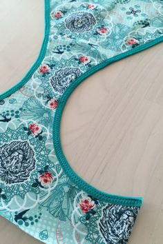 Färdigt sydd vikresår i trosans båda benhål. Sewing Hacks, Sewing Tutorials, Sewing Patterns, Sewing Lingerie, Handicraft, Beach Mat, Diy And Crafts, Outdoor Blanket, Kids Rugs