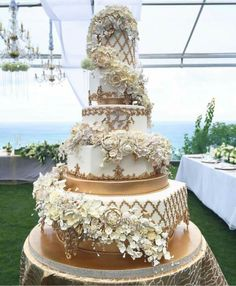 Gold Wedding Cakes One stunning cake standing tall in all it's glory in Bali! Elegant Wedding Cakes, Beautiful Wedding Cakes, Gorgeous Cakes, Wedding Cake Designs, Pretty Cakes, Amazing Cakes, Cupcakes, Cupcake Cakes, White And Gold Wedding Cake