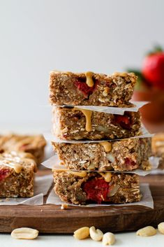 Six ingredient peanut butter & jelly breakfast bars naturally oil-free, gluten-free, and sweetened with dates and maple syrup. Healthy Vegan Breakfast, Healthy Vegan Desserts, Gluten Free Recipes For Breakfast, Vegan Snacks, Vegan Food, Healthy Snacks, Healthy Recipes, Vegan Baking Recipes, Delicious Vegan Recipes