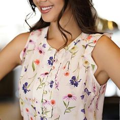 Love the floral print of this top Fiesta Outfit, Kurta With Pants, Sleeves Designs For Dresses, Modelos Fashion, Black Lace Tops, Summer Blouses, Blouse And Skirt, Beautiful Blouses, Blouse Styles