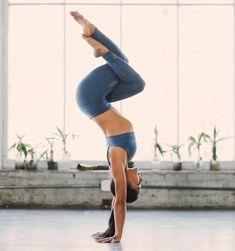 @yogawithbriohny in the #AloYoga Multi Legging #yoga #inspiration