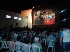 Reestreia do Cinema na Rua é prestigiada http://www.passosmgonline.com/index.php/2014-01-22-23-07-47/geral/6450-centenas-de-pessoas-assistem-reestreia-do-cinema-na-rua