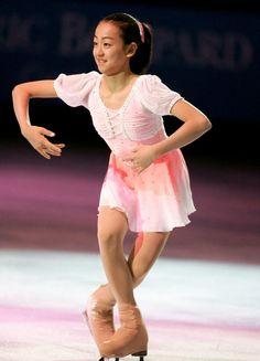 優勝した浅田真央は表彰式で観客にあいさつ(2005年11月19日) (800×1110) http://www.nikkansports.com/sports/figure/asada-mao/photo/article/1517352.html