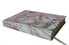 Ein feiner Ganzpapierband, ein  Buch-Unikat zum Einschreiben - als Tagebuch oder als Gästebuch.     Das Umschlagpapier ist meine Handarbeit, marmorier