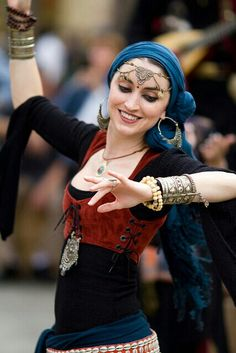 gypsy Outfit Inspiration: Something a dancer or entertainer would wear while performing. Alternatively, a gypsy may wear a similar outfit. Ethno Style, Gypsy Style, Hippie Style, Des Femmes D Gitanes, Style Nomade, Belly Dancing Classes, Gypsy Women, Tribal Belly Dance, Gypsy Life