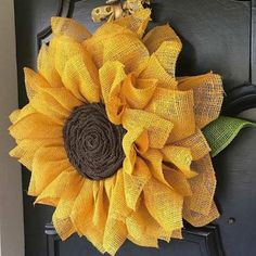 Burlap wreath so cute perfect for summer and spring! Could have it decorate my door or the outside door
