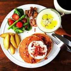 Instagram media keiyamazaki - Today's breakfast. Pancakes with Poached egg and Bacon, Cabbage Soup. キャベツのポタージュ、パンケーキにはポーチドエッグ。 忙し過ぎて、朝ごはんもまともに食べられないし、お昼も仕事しながら流し込むように食べていて、これじゃいかんいかん!