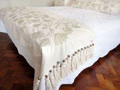 Risultati immagini per bordado mexicano patrones pie de cama Mexican Embroidery, Crewel Embroidery, Hand Embroidery Designs, Modern Bed Pillows, Blue Pillows, Mexican Bedroom, Bed Cover Design, Bed Scarf, Bed Runner
