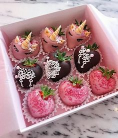 A mix of dark and ruby chocolate strawberries with some 🦄🦄🦄 of course 🍓 Chocolate Covered Treats, Chocolate Dipped Strawberries, Chocolate Gifts, Chocolate Recipes, Köstliche Desserts, Delicious Desserts, Strawberry Box, Sweet Recipes, Sweet Treats