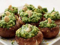 Además de tener un delicioso y peculiar sabor, los hongos son un excelente sustituto para los platos con almidón. También son bajos en carbohidratos. En esta sencilla receta que no requiere cocción, los portobellos funcionan como una base de pan sobre la cual podrás disfrutar un sabroso pesto.     Ingredientes  - ½ taza de hojas de menta - ½ taza de hojas de albahaca - ½ taza de nueces - ¼ de taza de aceite de oliva extravirgen - El jugo de un limón - 8-10 hongos portobello, sin tallo y ...