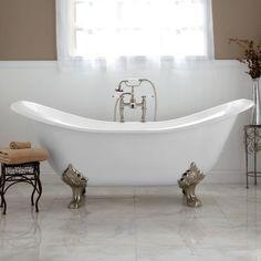une baignoire ancienne et blanche sur pieds argentés