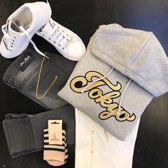 GREY & GOLD HVERDAGSSÆT  Sofie Schnoor Tokyo sweatshirt med hætte    Hvide sneakers fra Stylesnob    Strømper fra Becksöndergaard    Mos Mosh Howard leather jeans (grå)    Mos Mosh t-shirt