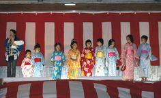 """""""玉之浦港祭り""""での""""浴衣美人大会""""の様子です(2007年8月12日撮影)."""