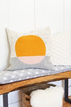 This DIY rug hook pillow tutorial is a fun twist on making a pillow cover using the technique normally used to make hooked rugs! #pillow #homedecor