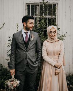 Görüntünün olası içeriği: 2 kişi, ayakta duran ins Pre Wedding Photoshoot, Wedding Poses, Wedding Couples, Couple Hijab, Couple Photography Poses, Wedding Photography, Cute Muslim Couples, Couple Illustration, Couple Posing