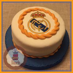 Real Madrid!! Torta pequeña sabor naranja con chips de chocolate, forrada con masa fondant y decorada con impresión en papel comestible.
