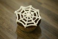 Rezept: Halloween Cupcakes mit Spinnennetz Halloween Cupcakes, Desserts, Food, Spider Webs, Recipies, Tailgate Desserts, Deserts, Essen, Postres