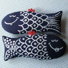 Hračka ... MODRÉ RYBKY Modrotisková hračka, případně dekorace. Materiál - z líce modrotisk, z rubu modrotisk, výplň duté vlákno, tkanička. Velikost těla bez 26x12 cm. Výrobek lze prát při 40°C. Cena je za jednu čudlu.