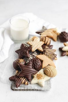 Soft in the centers, crisp on the edges, and perfectly spiced, these Chocolate Covered Gingerbread Cookies will be the star of your holiday platter! Christmas Desserts, Christmas Treats, Christmas Baking, Christmas Holiday, Christmas Chocolate, Tea Cakes, Bon Dessert, Chocolate Covered, Cookies Et Biscuits