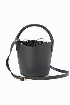 PELLETTERIA VENETA バケツ型2WAYショルダー  PELLETTERIA VENETA バケツ型2WAYショルダー 14040 注目のバケツ型BAG シンプルなスタイリングに合わせるだけで今年顔になるアイテムです 大人っぽく持って頂けるスムースレザーを使用し落ちついたカラーリングでぐつと秋のムードを盛り上げます 口は巾着になっており中が見えづらいのも普段使いに嬉しいポイント 取り外し可能なショルダーストラップ付きで肩掛けも出来るのでオンオフのシーンを選ばず活躍してくれます PELLETTERIA VENETA 2007年にイタリアヴェニスで誕生したレザーバッグブランド イタリアの工房らしく柔らかく上質なレザーを用いて絶妙なカラーリングに染め上げ 全工程をMADE IN ITALYにこだわりスタイリッシュなデザインのバッグを作っています 永く使いこむほど風合いを増すレザーの質感が特徴です ボルドーのカラーは巾着部分の生地が濡れた状態での摩擦により色移りが起こりやすくなっております BAGの中に入れている物や色の薄い服等には特にお気を付けください