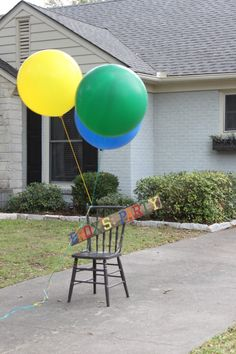 Love these over-sized balloons in front of the party house! #kidsparty #partydecor