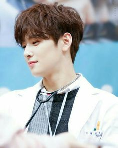 saya sakit jantung nih dok. gara gara dokternya terlalu ganteng Kim Myungjun, Cha Eunwoo Astro, Ideal Boyfriend, Lee Dong Min, Cha Eun Woo, Foto Art, Flower Boys, Actors, Korea
