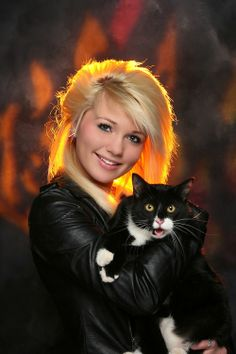Girl I go to school with took her senior picture with her cat. - Imgur