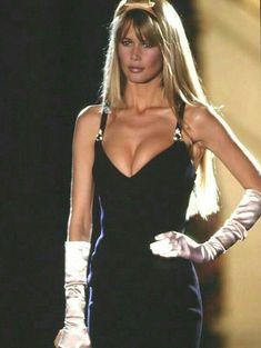 Claudia Schiffer - Atelier Versace Couture Runway Show 1995 Milano 90s Fashion, Runway Fashion, Fashion Models, High Fashion, Fashion Show, Vintage Fashion, Fashion Outfits, Womens Fashion, Trendy Fashion