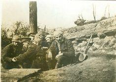 Steenstraat, februari 1916. Het Belgische front zit muurvast achter de IJzer en de vaart. De versterkingen worden steeds beter uitgebouwd. Soldaten uit de 2e compagnie Cyclisten verdrijven de verveling met een partijtje kaart. [Museum van het Kamp van Beverlo - A/9.022]