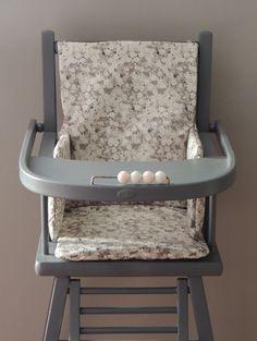 Coussin de chaise haute en Liberty enduit Mitsi gris  Demeure des Anges Liberty Print, Baby Bedroom, Bedroom Vintage, Decoration, Bassinet, Kitchen Design, Baby Kids, Chair, Craft Ideas