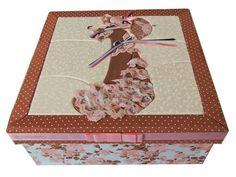 8. Caixa Patchwork rosa florida com tampa desenho mulher. Área Interna: LxCxA = 24 x 24 x 8,5. Preço: R$85,00.