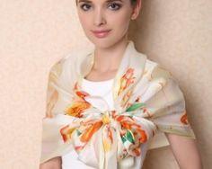 Kvalitný dámsky hodvábny šál s kvetinovým vzorom v pomarančovo-žltej farbe
