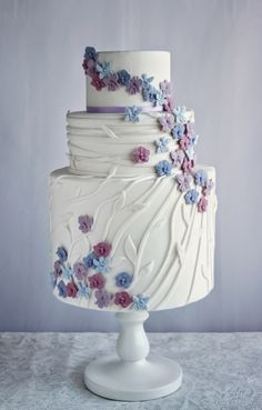 Tarta de fondant con decoración floral