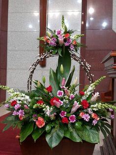 Love it but w/o the top arrangement Funeral Floral Arrangements, Unique Flower Arrangements, Ikebana Flower Arrangement, Altar Flowers, Church Flowers, Funeral Flowers, Deco Floral, Arte Floral, Flower Festival