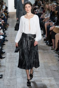 Michael Kors Fall California ease mixed with urban polish. This is the theme of Michael Kors' fall-winter 2014 collection. News Fashion, Fashion Week, Skirt Fashion, Winter Fashion, Fashion Show, Fashion Night, Fashion Trends, Michael Kors 2014, Michael Kors Collection