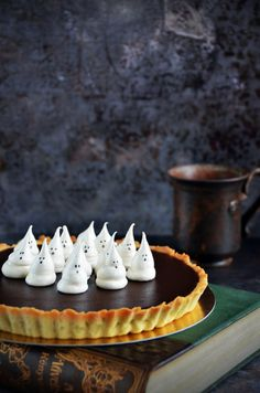 Sós karamelles-csokis pite szellem habcsókkal Halloween-re  Salted caramel-chocolate pie with ghost meringues for Halloween