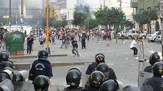 Un muerto y 50 heridos dejan enfrentamientos entre comerciantes y policías en Lima