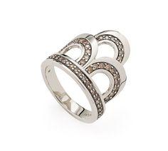 Anel de Ouro Nobre 18K com diamantes cognac Link:http://www.hstern.com.br/joias/p-produto/A1B203540/anel/as-viagens/anel-de-ouro-nobre-18k-com-diamantes-cognac